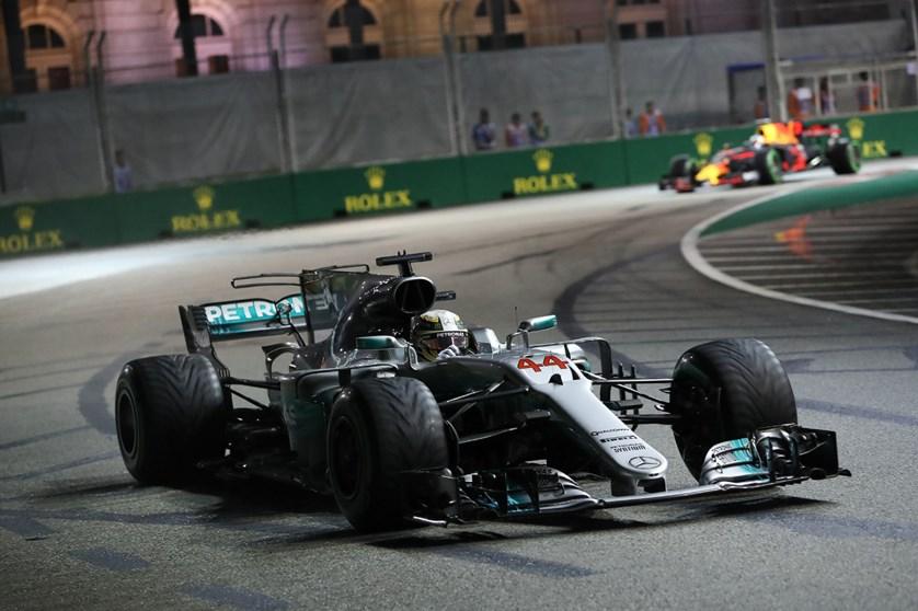 F1 : Lewis Hamilton gagne à Singapour après des abandons en cascade